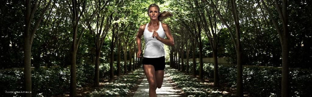 Sportieve vrouw rennend in een bos